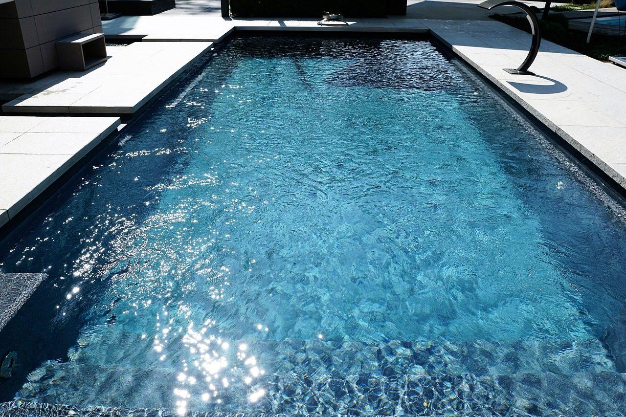 Swimming Pool mit kristallklarem Wasser