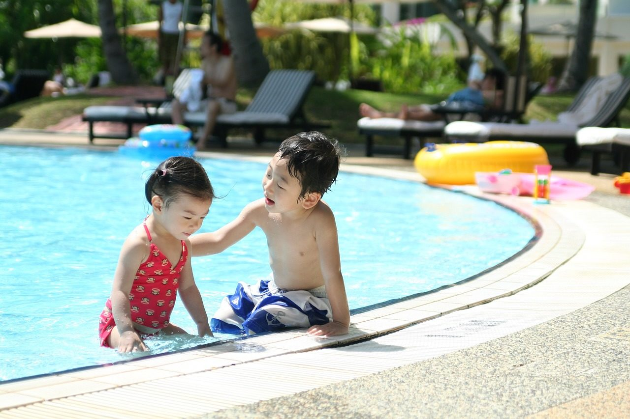 Kinder am Swimming Pool