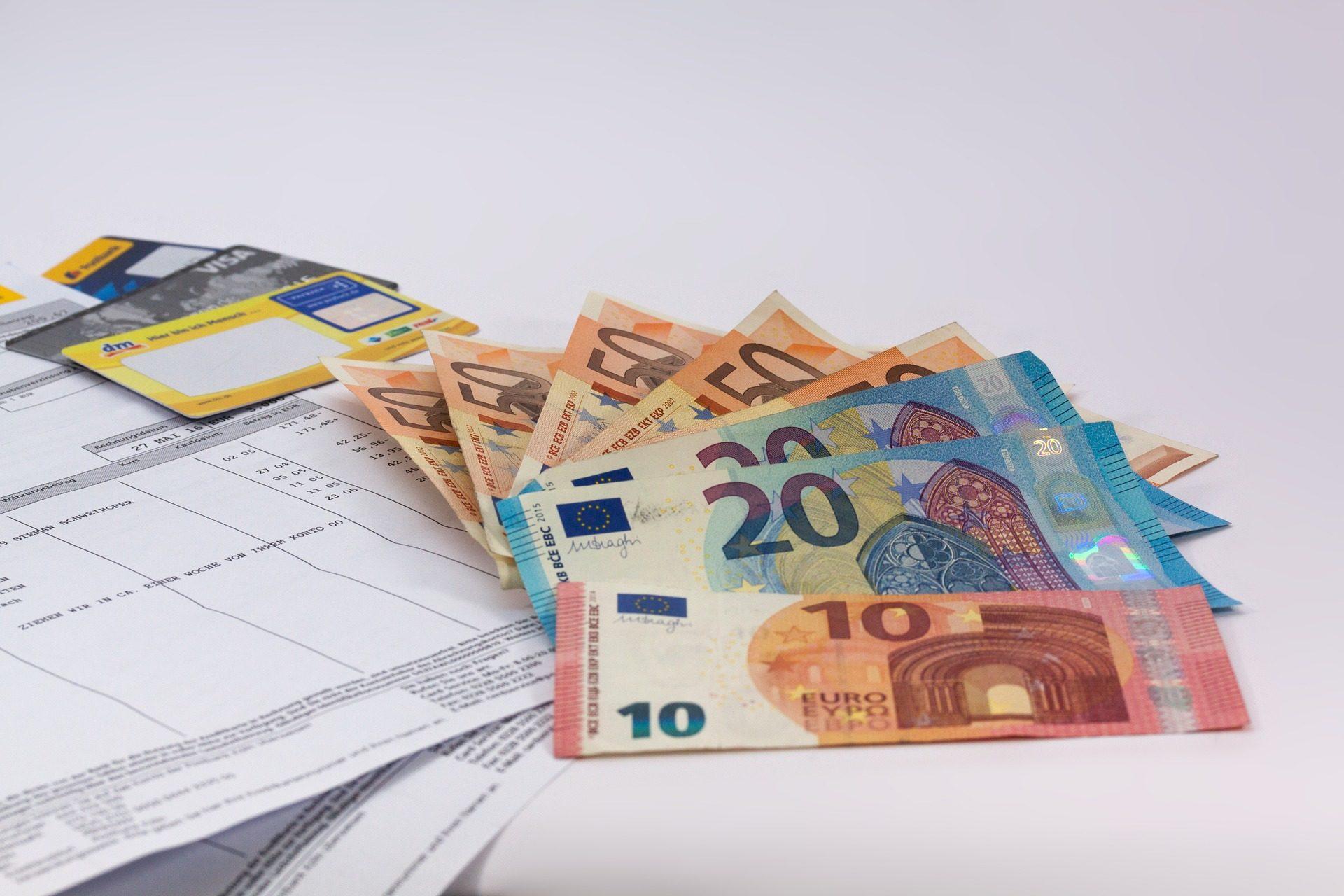 das Bild zeigt Euro Scheine