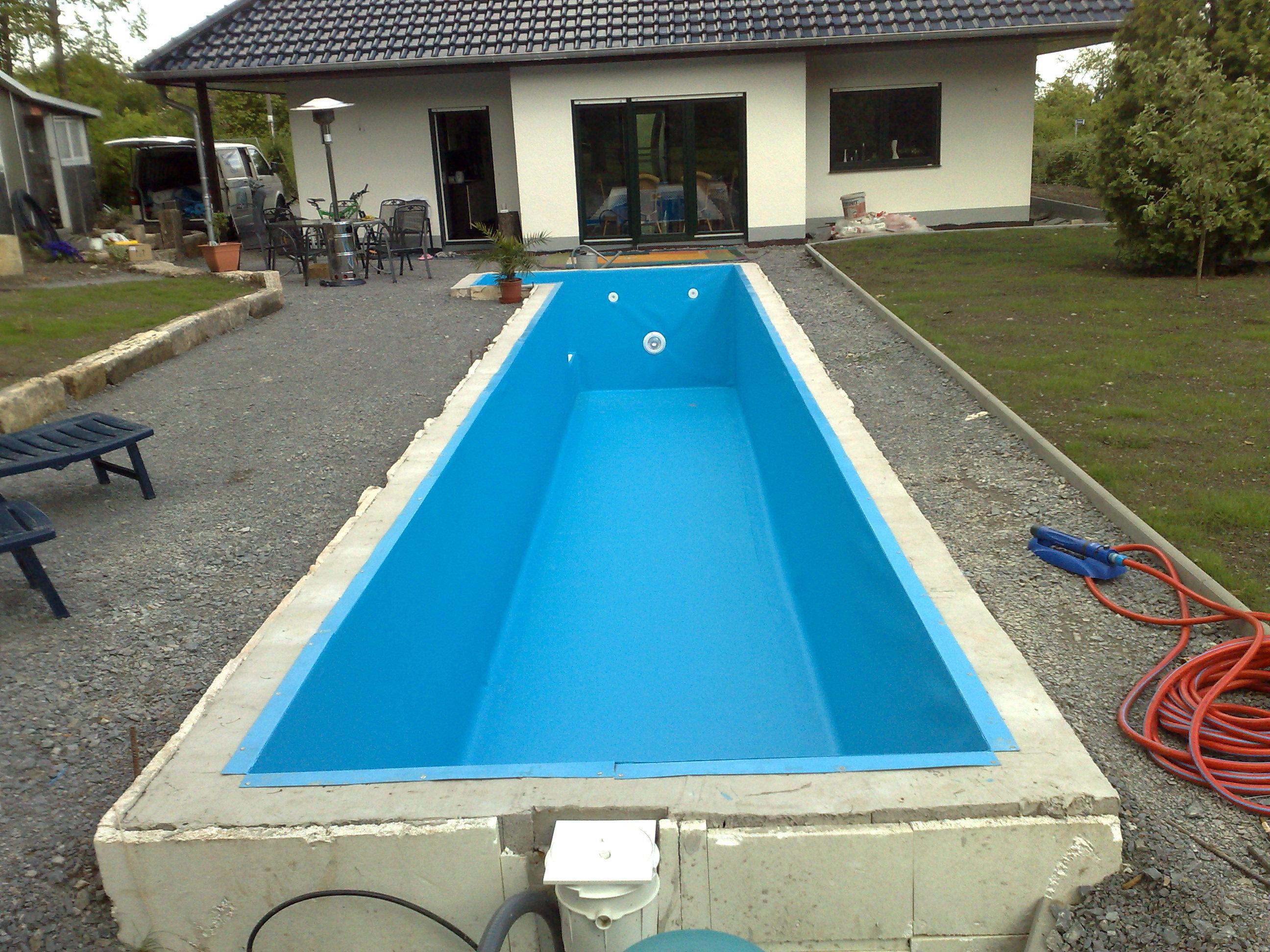 das Bild zeigt einen rechteckigen Swimming Pool, der mit Systemsteinen aus Styropor gebaut wurde