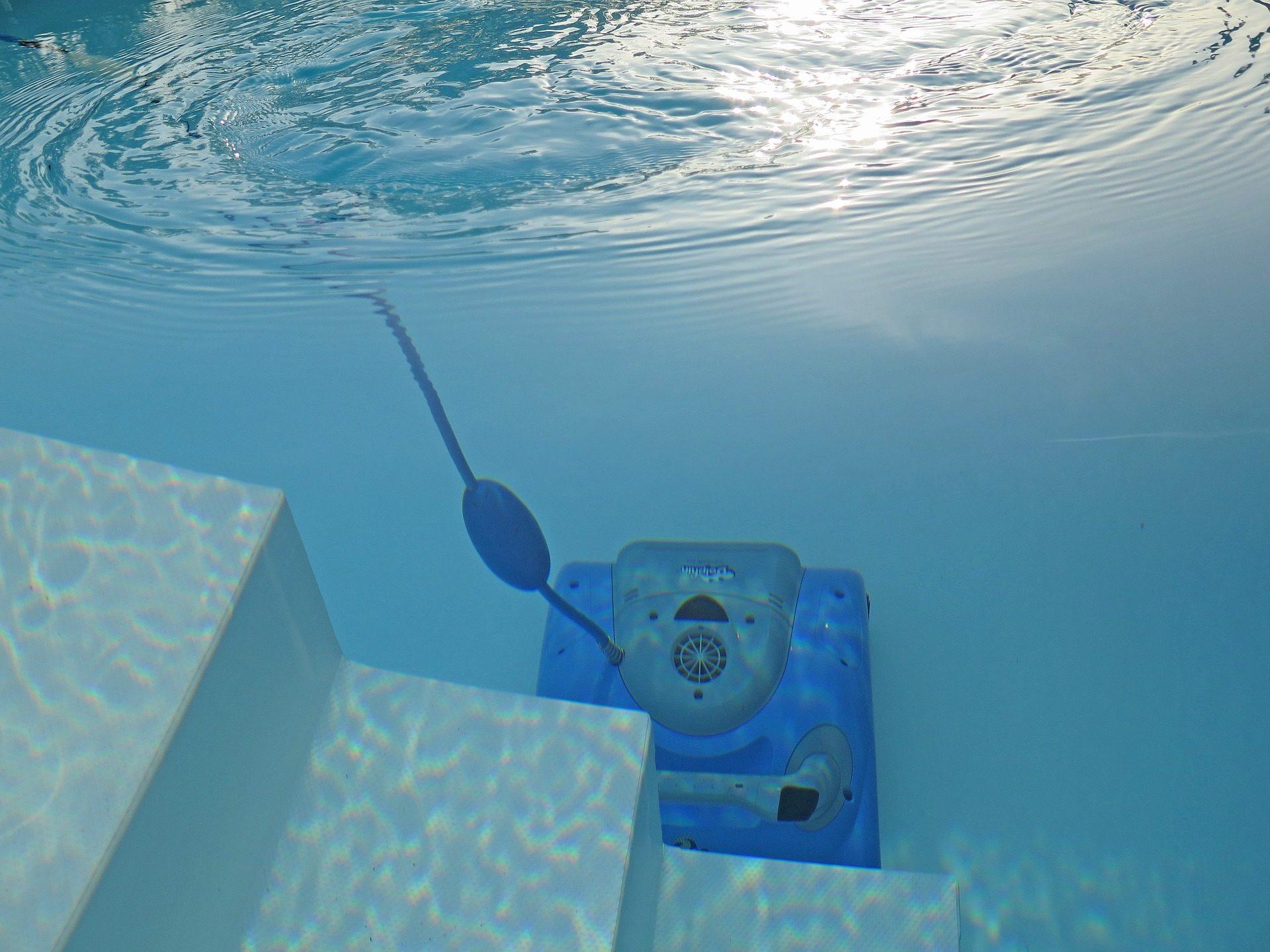 das Bild zeigt einen Dolphin Moby Poolroboter unter Wasser bei der Arbeit