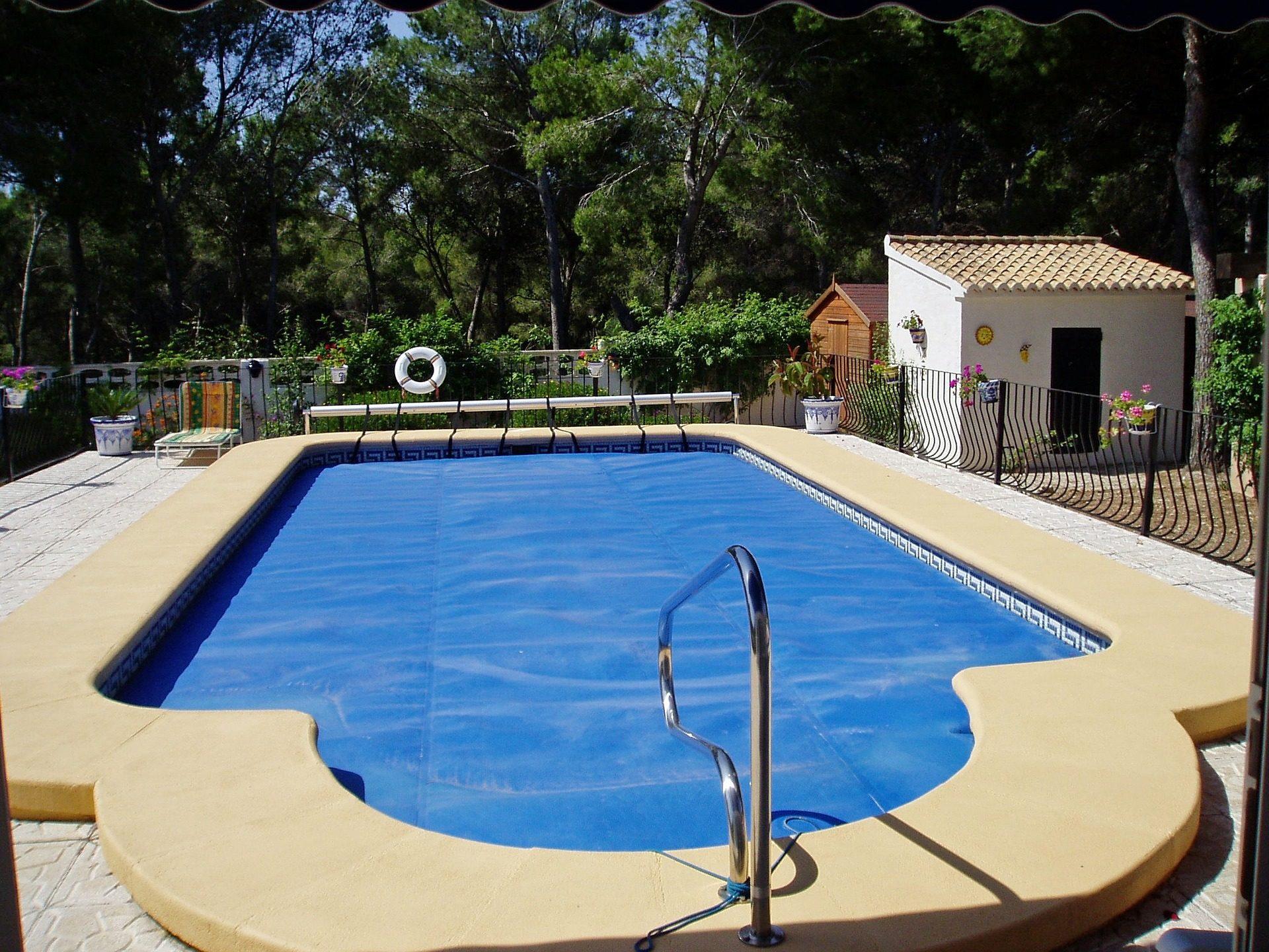 das Bild zeigt einen Pool mit Rollabdeckung
