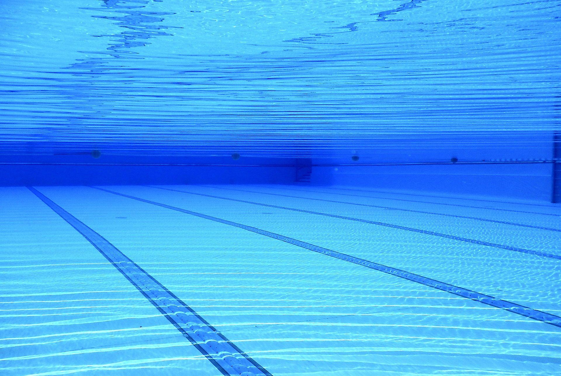 das Bild zeigt einen großen Pool mit kristallklarem Wasser