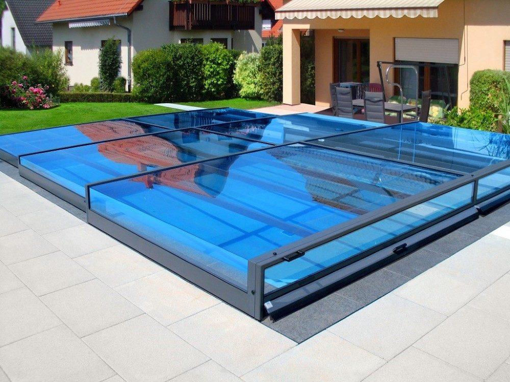das Bild zeigt die flache Luxus Schwimmbadüberdachung Terra von Alukov in geschlossenem Zustand