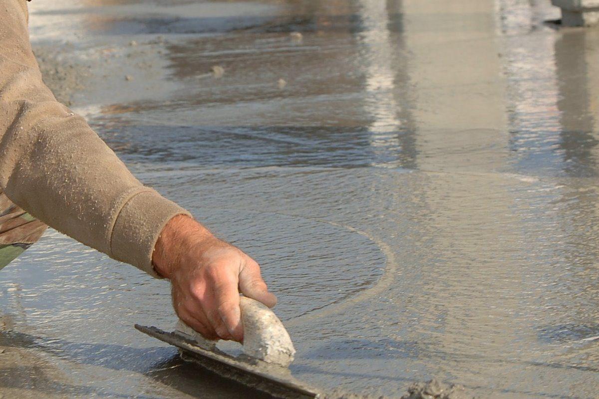 Betonbodenplatte wird mit Ausgleichsmasse nivelliert
