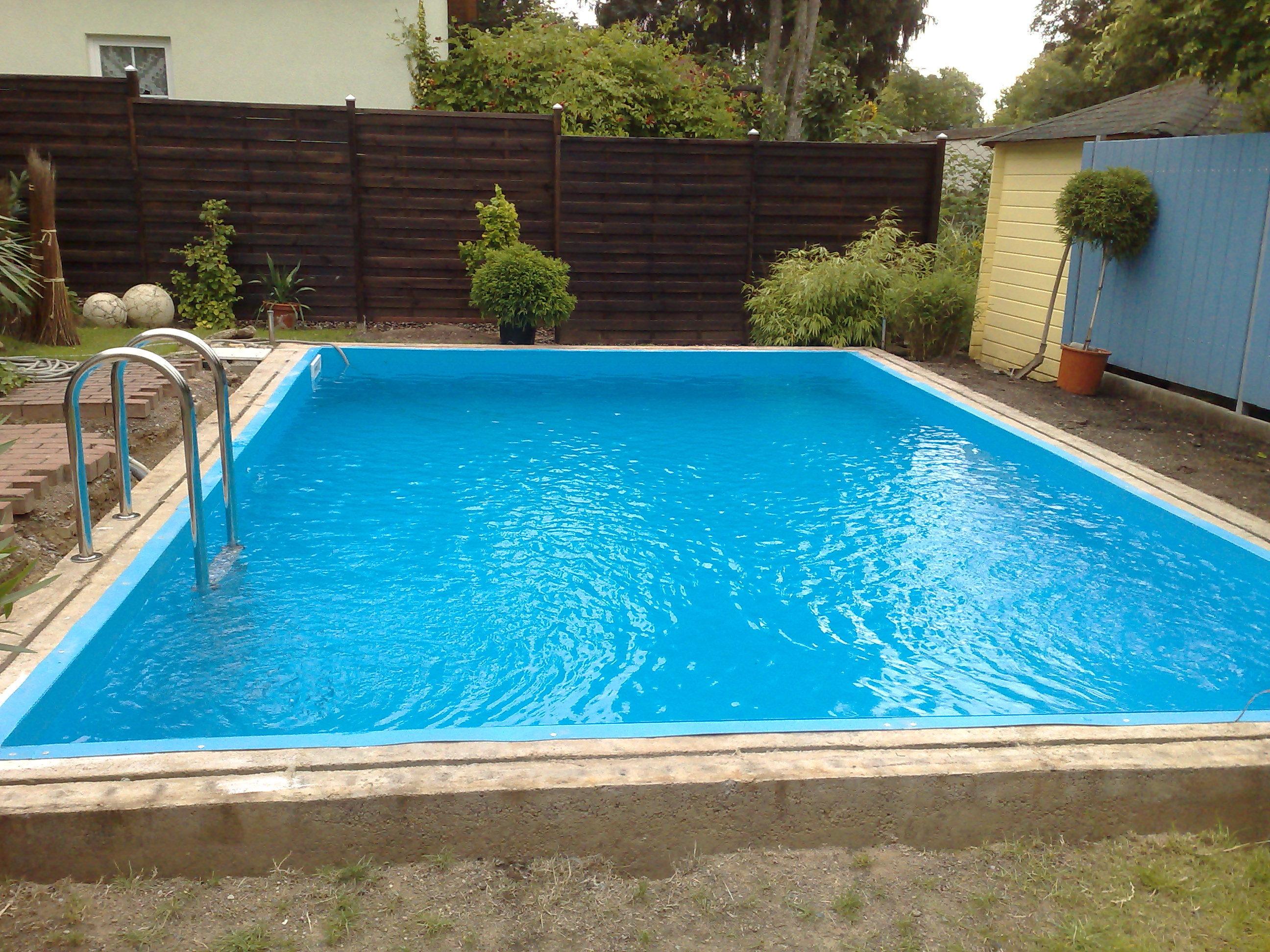 das Bid zeigt einen Swimming Pool, der als Komplett Set geleifert wurde